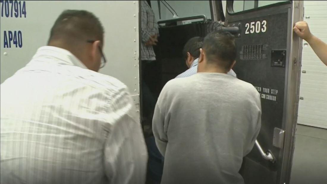 Corte de apelaciones dictamina que no se puede deportar a quienes tienen casos en tribunales