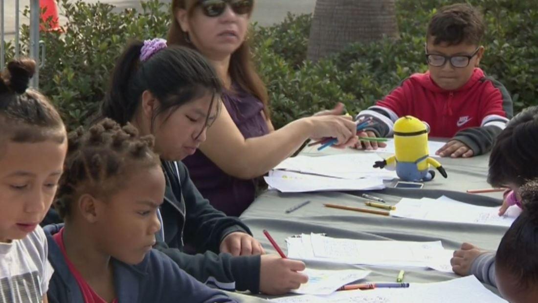 Los Estudios Universal brindan alegría y bondad a niños necesitados