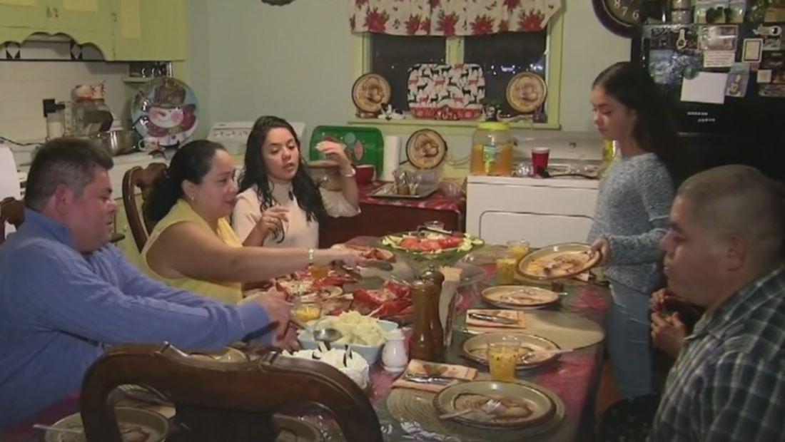 La política podría arruinar más de una cena de Acción de Gracias. Con estos consejos puedes evitarlo