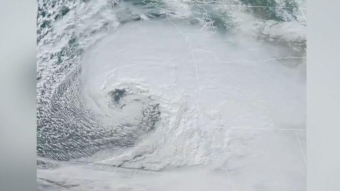 Imágenes de la enorme bomba ciclónica que azota a California, Nevada y Oregón