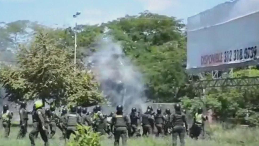 VIDEO: Explosivo cae en la cabeza de un policía en plena manifestación