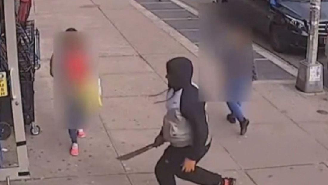 Hombre ataca con machete a joven en una lavandería