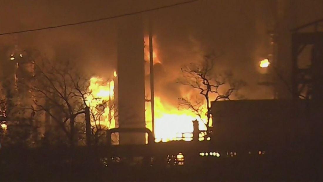 Explosión en planta petroquímica causa emergencia